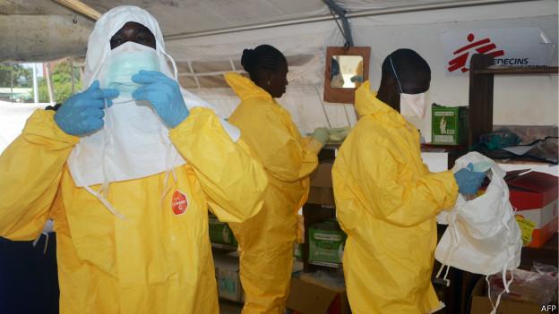 Profissionais do Médicos Sem Fronteiras se protegem para atender os doentes na capital da Guiné