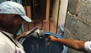Tratamento para evitar a propagação do mosquito em Santo Domingo. / REUTERS