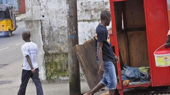 Liberiano observa o corpo de um homem suspeito de ter morrido por causa do Ebola (Abbas Dulleh/AFP)