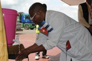 Un sanitario, lavándose las manos en Monrovia. REUTERS