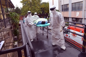 Simulação de atendimento a casos de ebola: protocolos diminuem risco de disseminação da doença. (Foto: Gutemberg Brito)