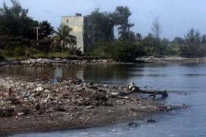 O rio Quibú, que passa pelo bairro do Náutico, em Havana, sempre está cheio de lixo. Foto: Jorge Luis Baños/IPS