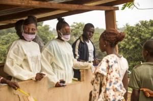 Personal sanitario de liberia realiza un chequeo a pasajeros en tránsito a Liberia. (Fotografía: Zoom Dosso / AFP / Imagen ilustrativa)