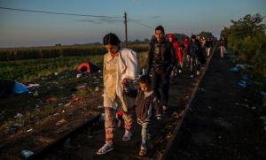 Refugiados caminando por la vía del tren que une Serbia con Hungria. Olmo Calvo EM